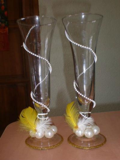 украшение перьями свадебных бокалов